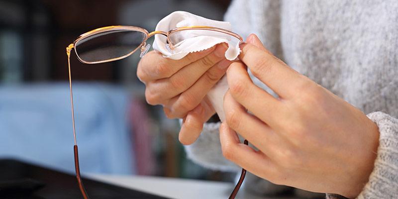 hoe moet je bril schoonmaken